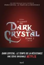 Le Crystal qui maintient la vie dans le monde de Thra s'affaiblit peu à peu, laissant les ténèbres étendre leur emprise. Découvrant que les seigneurs Skeksès, assoiffés de pouvoir, sont à l'origine de ce mal, Naia et Kylan, le conteur de chant, accusés de trahison, doivent fuir. Retrouver la légendaire flûte de Gyr est leur seul moyen de prévenir les peuples Gelfling de la menace. (Electre)