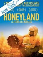 """Hatidze est une des dernières personnes à récolter le miel de manière traditionnelle, dans les montagnes désertiques de Macédoine. Sans aucune protection et avec passion, elle communie avec les abeilles. Elle prélève uniquement le miel nécessaire pour gagner modestement sa vie. Elle veille à toujours en laisser la moitié à ses abeilles, pour préserver le fragile équilibre entre l'Homme et la nature. """"Honeyland"""" a reçu le Grand Prix du Jury au Festival de Sundance en 2019, dans la catégorie Documentaire étranger. Le film a également été nommé pour l'Oscar du meilleur film étranger et celui du meilleur documentaire, en 2020. (La Boîte numérique)"""